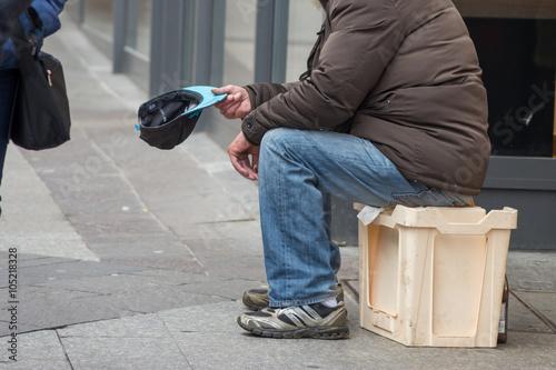 Fotografiet Bettler in der Fußgängerzone