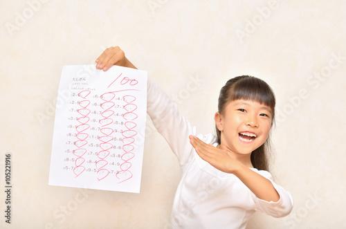Fotografie, Obraz  100点満点を取って喜ぶ女の子