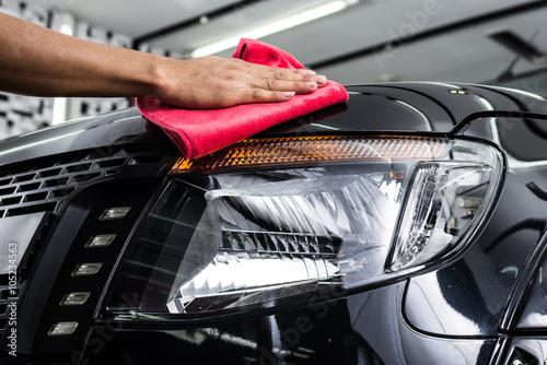 Zdjęcie XXL Samochód wyszczególniający serie: Pracownik czyści czarnego samochód
