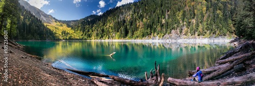 Fotografia Girl Admires Scenic View of Mountains and Lake in Ritsa Reserve in Abkhazia