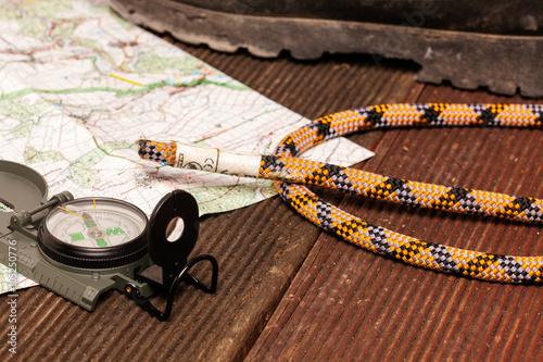 Foto op Plexiglas Alpinisme Karte mit Kompass und Kletterseil