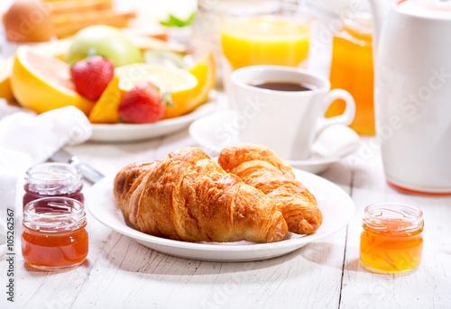 Fotografie, Obraz  Snídaně s croissanty, káva a pomerančový džus, tousty a frui