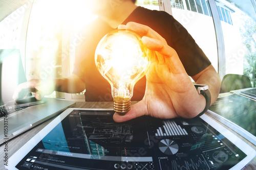Fotografía  Diseñador de la mano que muestra la estrategia creativa de negocios con la bombi