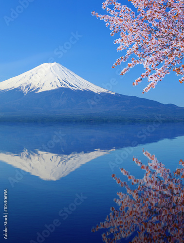 Photo Stands Reflection Mount Fuji with water reflection, view from Lake Kawaguchiko