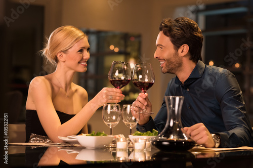 Staande foto Restaurant Couple toasting wineglasses