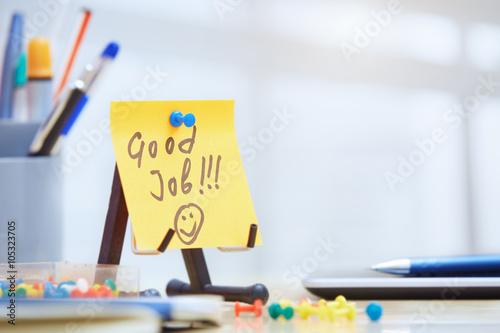 Fotografia  Good job text on adhesive note