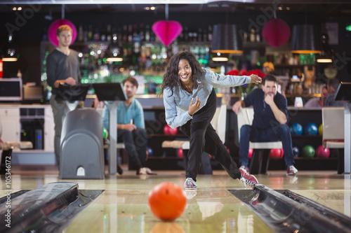 Foto young black woman plays bowling