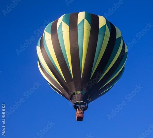In de dag Ballon Hot air balloon against a deep blue sky just after launch