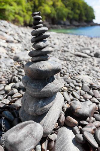 stos-kamieni-na-zblizenie-brzegu-morza-wyspa-hin-ngam