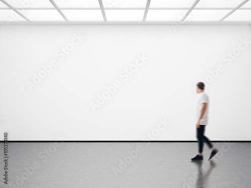 Fotografía Photo of hipster in modern gallery looking at the empty canvas