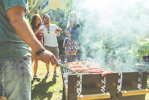 Papiers peints Grill, Barbecue Group of friends making barbecue in the backyard