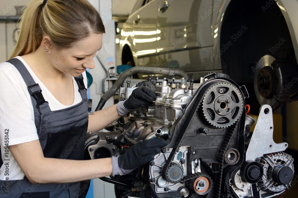 Frau als Kfz-Mechaniker bei Reparatur von Motor in Autowerkstatt ...