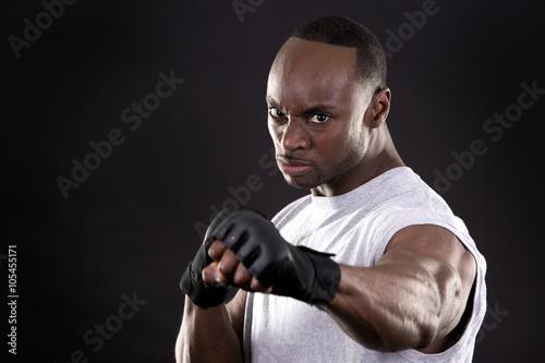Photo  fitness man on dark background