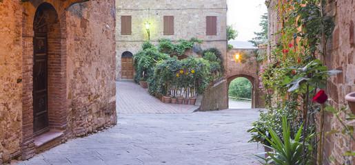 Fototapeta Ściany i samotna ulica wcześnie rano w Toskanii we Włoszech
