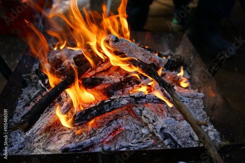 Aluminium Prints Grill / Barbecue たき火 炭 薪 炎 燃えている