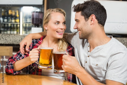 Photo  Couple toasting with beers