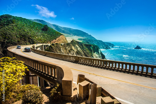 La pose en embrasure Cote Bixby Creek Bridge on Highway #1 at the US West Coast traveling south to Los Angeles
