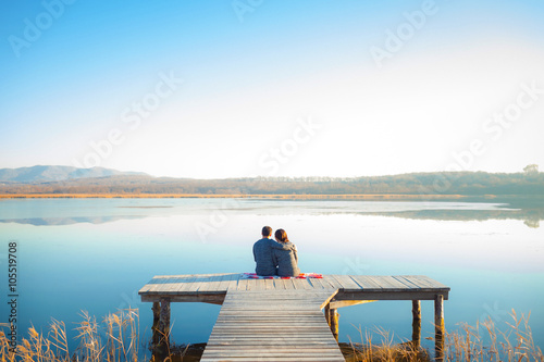 Photo  Loving couple relaxing on the dock on the big lake