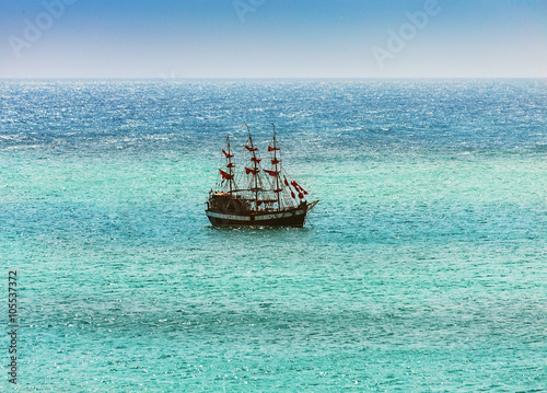 Keuken foto achterwand Schip Old ship sailing in the sea