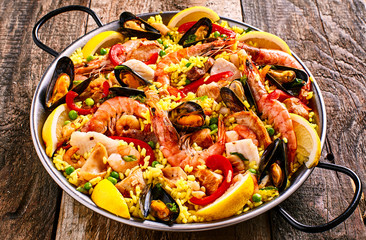 Panel Szklany Podświetlane Do restauracji Colorful Seafood Paella Dish with Shellfish