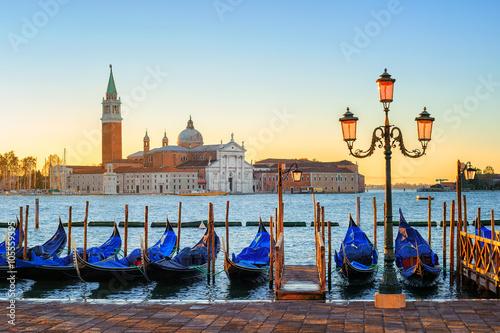 Stickers pour portes Venise Gondolas and San Giorgio Maggiore island, Venice, Italy