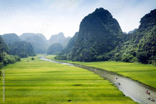 Poster Jaune Popular tourist caves in Vietnam