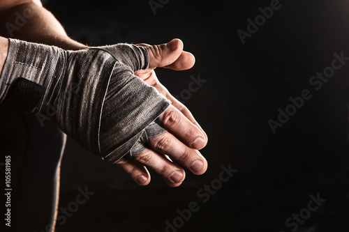 Photo Close-up hand of muscular man with bandage