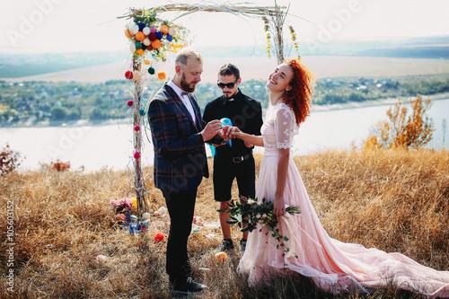 Fotografía  Amazing wedding ceremony on the riverbank