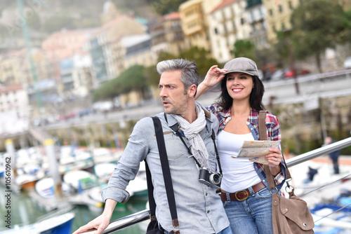 Foto  Paare, welche die Besichtigung am Reisetag genießen