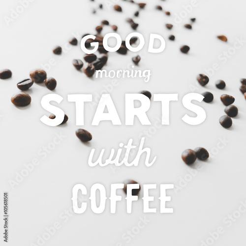 ziarna-kawy-porozrzucane-na-stole-i-wyciagniete-recznie-cytaty-dzien-dobry-z