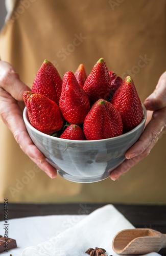 Keuken foto achterwand Vruchten Person showing a bowl full of strawberries