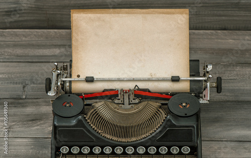 In de dag Retro Antique typewriter with grungy paper page