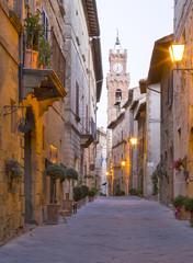 Fototapeta Widok na wieżę z zegarem i ulicą rano w Toskanii we Włoszech
