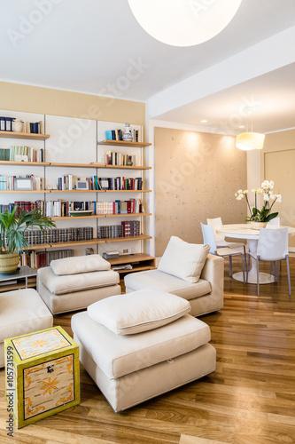 soggiorno in appartamento con tavolo rotondo, libreria a muro e ...