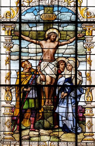 ukrzyzowanie-jezus-umarl-na-krzyzu-witraz-w-bazylice-najswietszego-serca