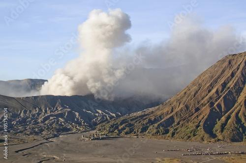 Photo  Eruption of mount Bromo in sunrise light in Bromo Tengger Semeru National Park,