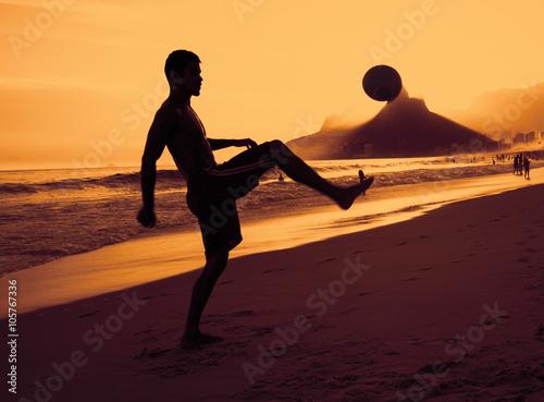 Photo  Fussballer am Strand in Rio bei Sonnenuntergang