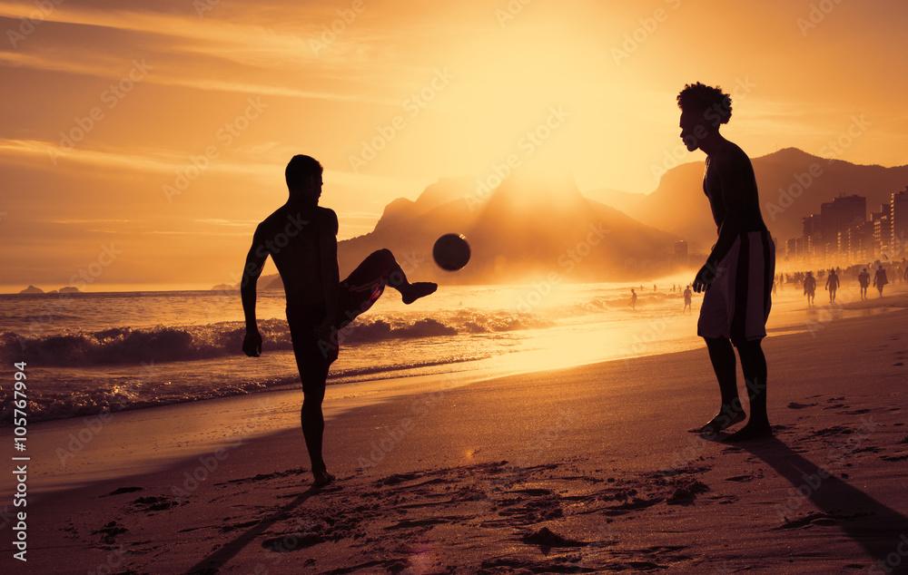 Photo  Fussballspiel am Strand in Rio bei Sonnenuntergang