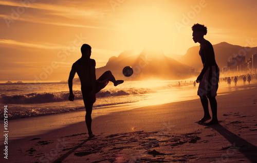 Fotografie, Obraz  Fussballspiel am Strand v Rio bei Sonnenuntergang