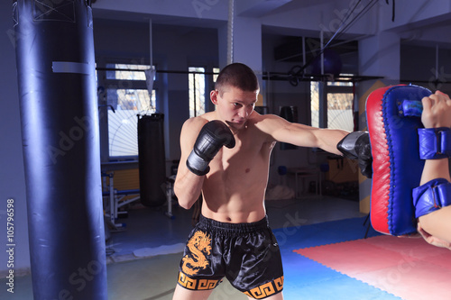 kickboxing man in gym - 105796598