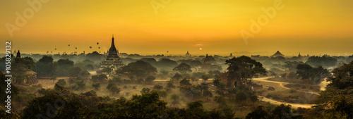 Fotografia  Scenic sunrise above Bagan in Myanmar