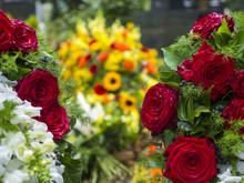 Rote Rosen Vor Einem Frischen Grab, Frankfurt, Hessen, Deutschland