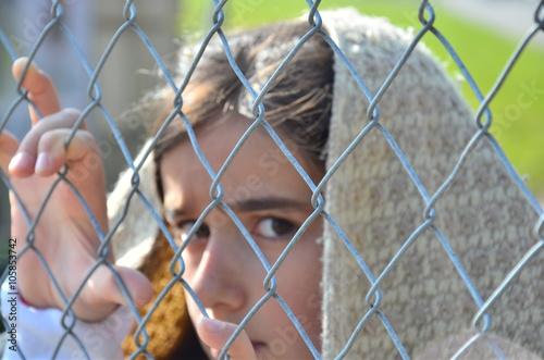 Flüchtlinge am Zaun Fototapete