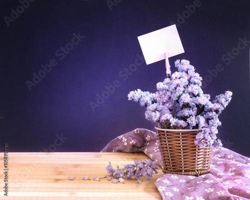 Sweet Statice Flower In Basket With Blank Paper Label Kaufen Sie