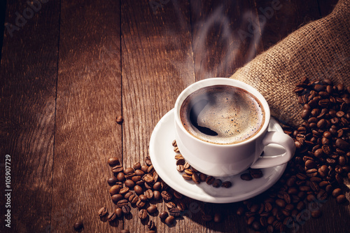 Foto op Canvas Koffiebonen Cup coffee beans wooden