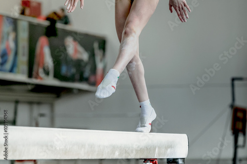 Fotografia  girl gymnast athlete during exercise on balance beam in gymnastics competitions