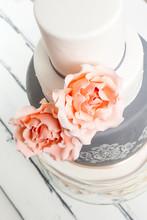 Vacker Ståtlig Tårta Med Stora Rosa Ros Dekorationer Mot Vit Trä Bakgrund