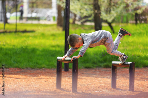 Photo  Little boy playing in the park