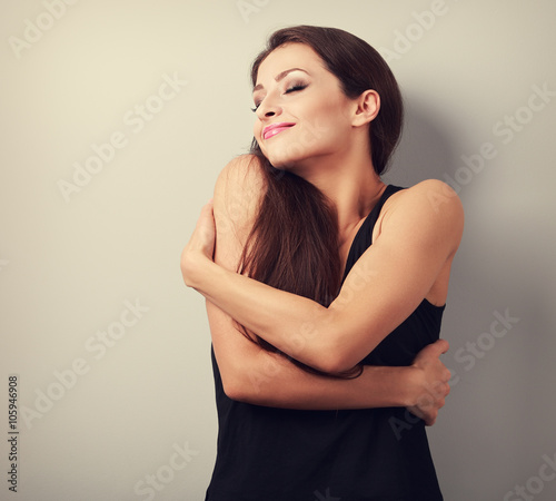 Photo  Happy strong sporty woman hugging herself with natural emotional