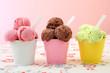 Leinwanddruck Bild - gelati tre coppe colorate sfondo rosa